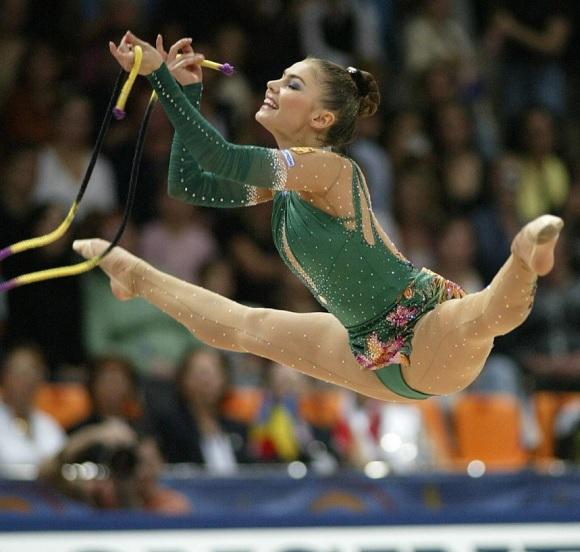 女子新体操選手って開脚してマンコに食い込みさせれば高得点になる競技なの?【エロ画像】
